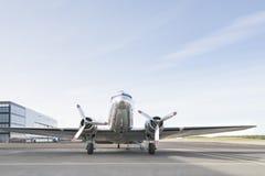 在机场停放的小银色飞机 库存照片