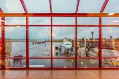 在机场停放的白色飞机 免版税库存照片