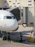 在机场停放的飞机的Aerobridge 免版税库存图片
