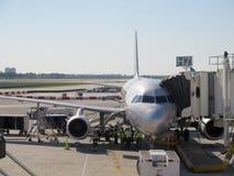 在机场停放的飞机的Aerobridge 免版税库存照片
