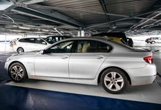 在机场停车处停放的银色BMW 免版税图库摄影