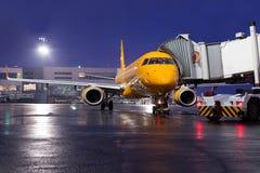在机场停车处的飞机在晚上 库存图片