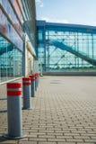 在机场和安全岗位的等候行列乘客的登记 免版税库存照片