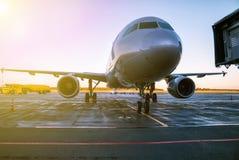 在机场围裙的乘客飞机在早晨太阳 库存图片