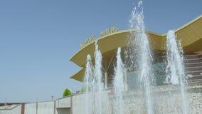 在机场大厦的喷泉反对蓝天特写镜头 股票录像