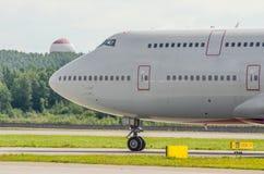在机场引导一架两层飞机的驾驶舱飞行员在跑道的 免版税图库摄影