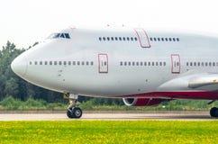 在机场引导一架两层飞机的驾驶舱飞行员在跑道的 免版税库存照片