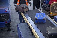 在机场拾起行李 库存照片