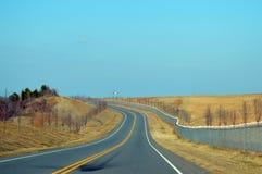 在机场旁边的高速公路 免版税库存图片