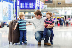 在机场生和两个小兄弟姐妹男孩 免版税图库摄影