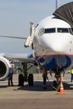 在机场的停放的飞机维护 库存图片