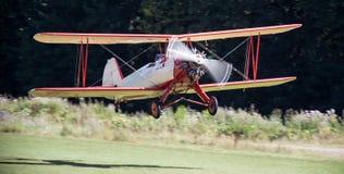 在机场的历史的双翼飞机 免版税库存照片