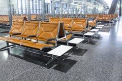 在机场的大厅的椅子 免版税库存照片