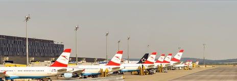 在机场的奥地利航空飞机 免版税库存照片