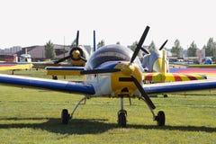在机场的小型飞机 图库摄影