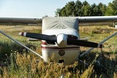 在机场的小航空器 免版税库存照片
