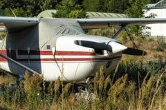 在机场的小航空器 免版税库存图片