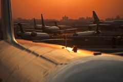 在机场的日落 免版税库存照片