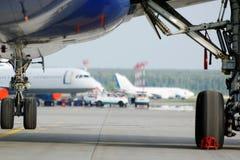 在机场的看法从飞机下面翼  库存图片