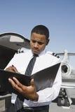在机场的飞机试验采取的笔记 免版税图库摄影