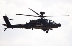 在机场的Boing AH-64亚帕基飞行 库存图片