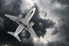 在机场着陆的飞机方法在恶劣天气风暴飓风雨中 库存照片