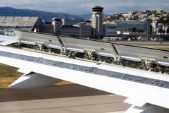 在机场襟翼的航行器着陆在行动 免版税库存图片
