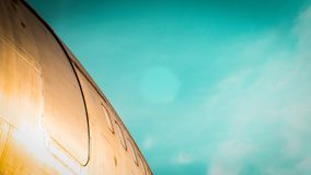在机场跑道停放的飞机隔绝在天空蔚蓝背景 库存照片