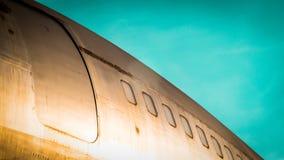 在机场跑道停放的飞机隔绝在天空蔚蓝背景 库存图片