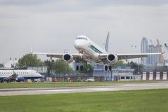 在机场跑道的商业喷气机飞机着陆 库存照片