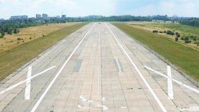 在机场跑道的飞机着陆 POV空中射击