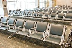 在机场里面的大空的就座区域 库存图片