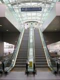 在机场里面的自动扶梯 免版税库存照片