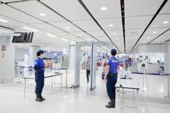 在机场链接火车站的治安警卫 库存照片