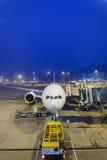 在机场靠码头的喷气机班机 库存图片