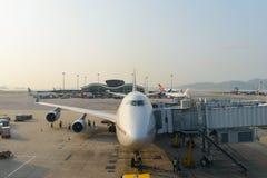 在机场靠码头的喷气机 免版税库存图片
