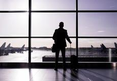 在机场,剪影供以人员身分对玻璃墙 免版税图库摄影