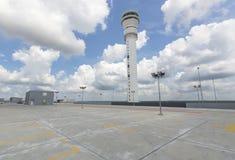 在机场驻地的空的停车场 库存照片