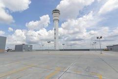 在机场驻地的空的停车场 免版税库存照片