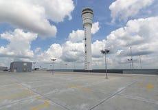 在机场驻地的空的停车场 免版税库存图片