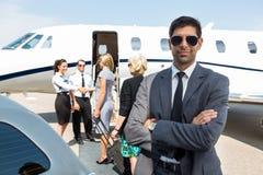 在机场终端的确信的年轻商人 库存图片