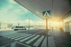 在机场终端附近的行人交叉路区域 免版税库存照片