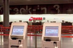 在机场登记自动贩卖机 库存照片
