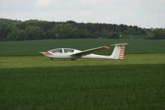 在机场登陆的滑翔机 免版税库存图片