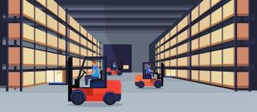 在机架后勤交付货物服务概念的铲车装载者运转的仓库内部小包箱子荡桨架子物品 皇族释放例证