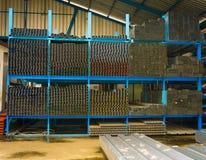 在机架和金属处理的各种各样的种类钢在德波拍的物质商店照片印度尼西亚 免版税库存照片