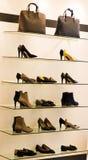 在机架的妇女鞋子 免版税库存图片