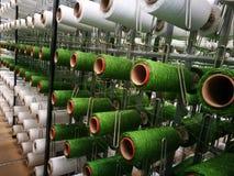 在机架的白色和绿色毛线人为草编织的 免版税库存照片