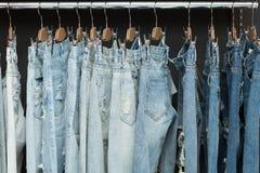 在机架的蓝色牛仔裤 库存照片