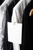 在机架的黑白衣裳,特写镜头 库存照片